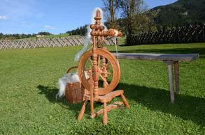 Spin sheep's wool with the wooden spinning wheel (c) SalzburgerLand Tourismus