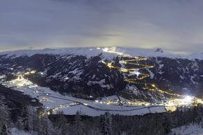 Panorama Neukirchen and Bramberg with illuminated toboggan run (c) Wildkogel-Arena.at